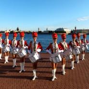 Праздничный парад духовых оркестров и оркестров барабанщиков фотографии