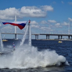 Поднятие флага России над водной акваторией Невы