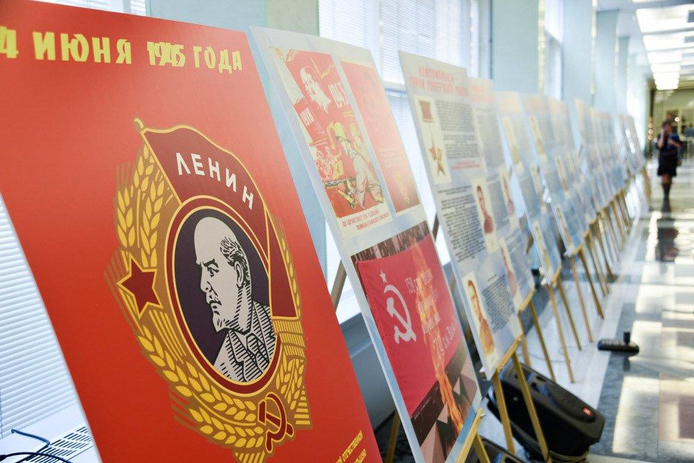 Выставка «Доблестный путь Ленинградского комсомола»