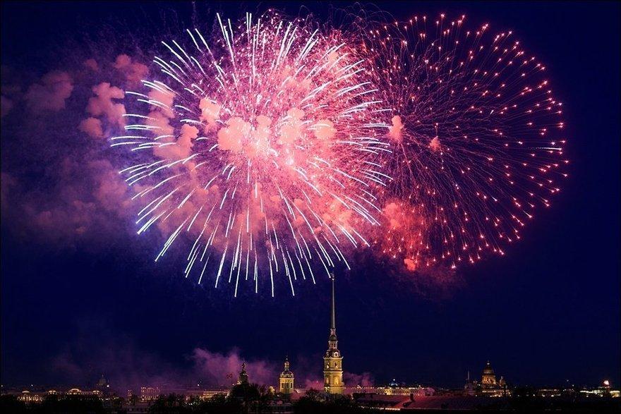 Праздничный салют вДень ВМФ вСанкт-Петербурге 2019
