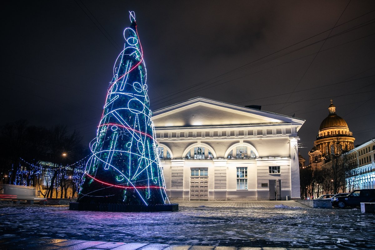 Новогодняя инсталляция уМанежа «Надежда»