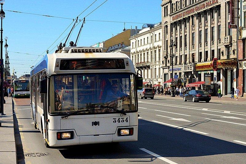 Парад троллейбусов наДворцовой площади 2016
