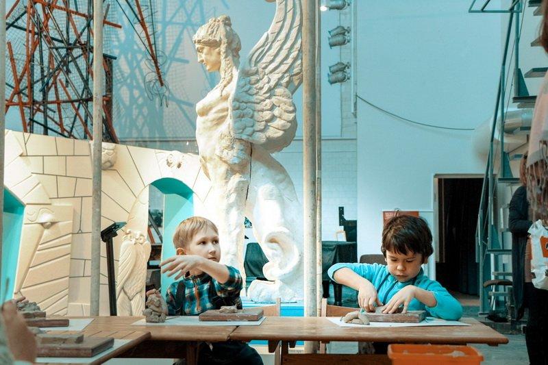 Выставка «Лев, сова имыльный камень»