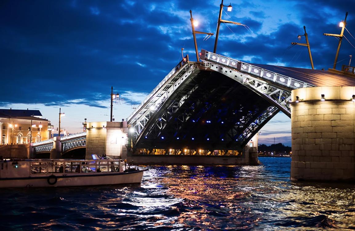 Ночная прогулка под разводными мостами порекам иканалам Петербурга