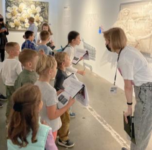 Детские экскурсии навыставке «Энди Уорхол ирусское искусство» вСевкабель Порту