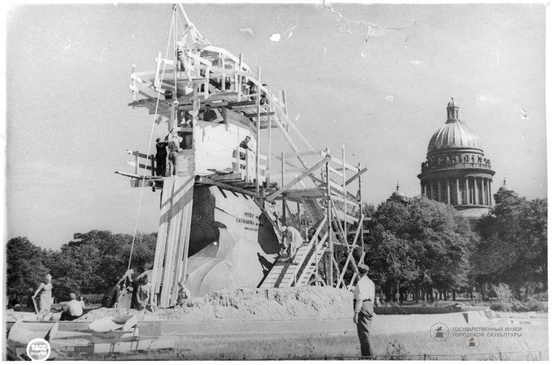 Выставка «Ленинградские монументы помнят»