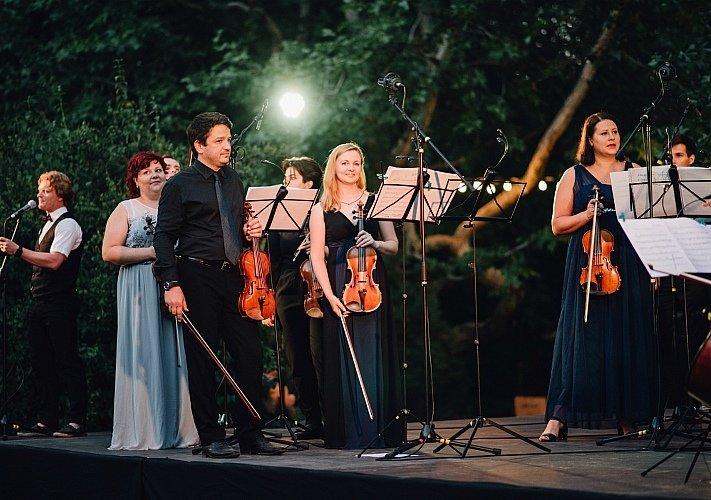 Фестиваль водных фонариков вЮсуповском саду 2020