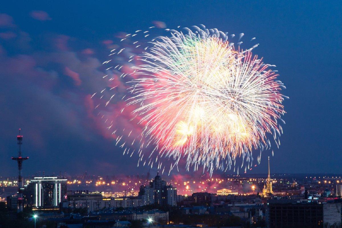 Праздничный салют Победы вСанкт-Петербурге 9 мая 2020