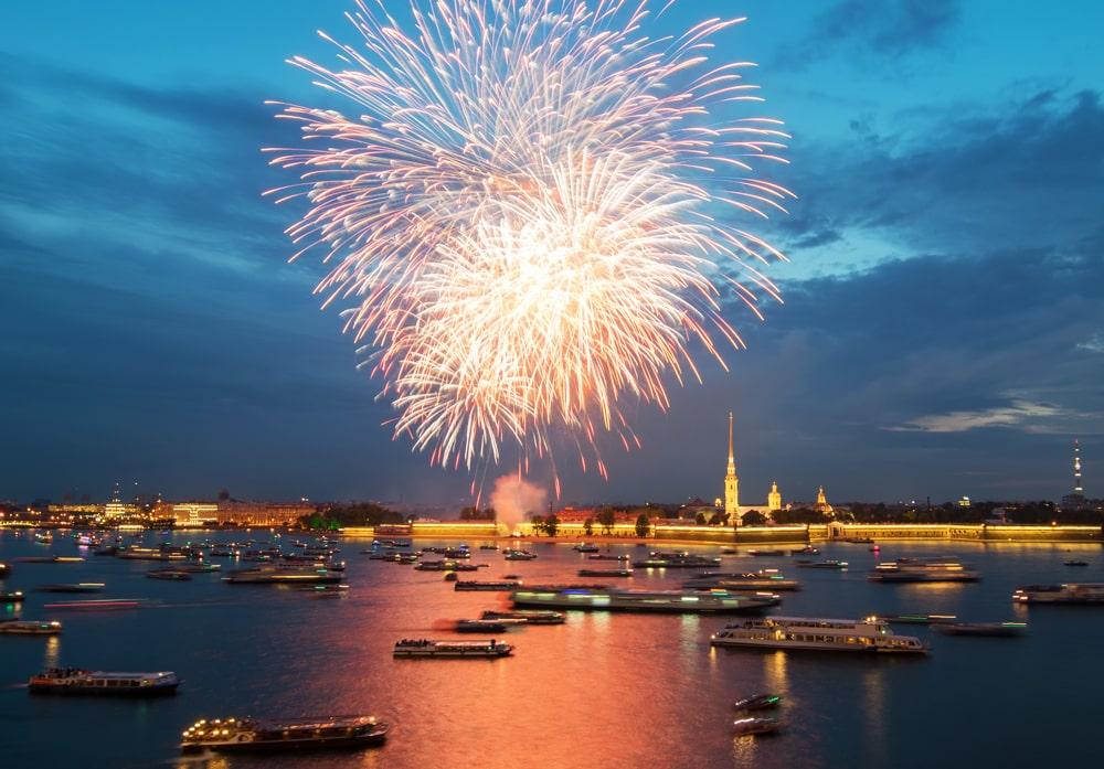 Праздничный артиллерийский салют вСанкт-Петербурге 9 мая 2021